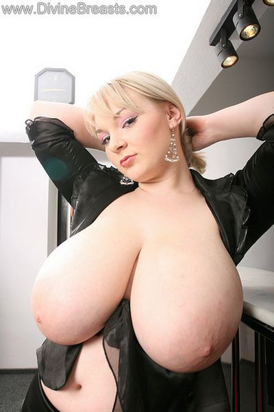 Blonde big boob nilou achtland sings alternative rock 8